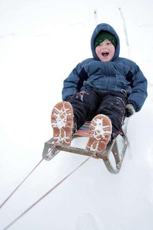 luge: Riding di inverno del ragazzo sulla slitta 2 Archivio Fotografico