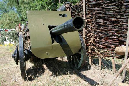 artillery shell: Hist�rico de ca��n per�odo de guerra civil. Principio de siglo 20.  Foto de archivo