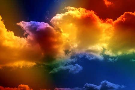 severance: Nubes coloreadas. Visi�n a trav�s del filtro multicolor Foto de archivo