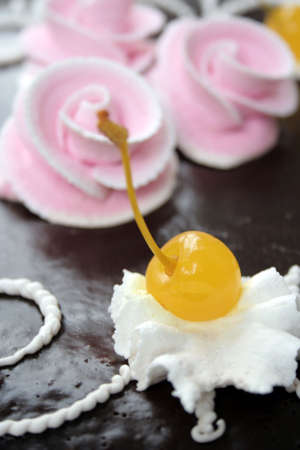 bacca: Yellow sweet cherry and roses on cake