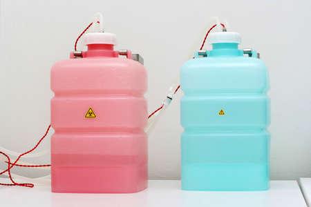 distilled: laboratorio di biochimica. Serbatoi di prugna e aggiunte di acqua distillata