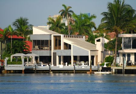 wealthy lifestyle: Casa moderna in stile tropicale con dock Archivio Fotografico
