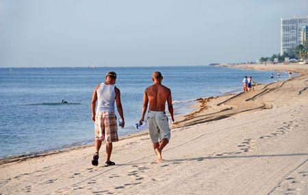 hombres gays: pareja gay en la playa