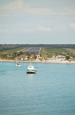 Passenger airplane approaching airstrip next to beach Imagens