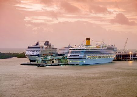 Kreuzfahrtschiffe geparkten in Ft Lauderdale in der Dämmerung  Standard-Bild - 2251163