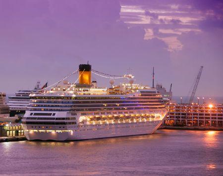 Kreuzfahrtschiffe in der Morgendämmerung in Fort Lauderdale Standard-Bild - 2269637