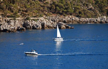 フランスの地中海沿岸に沿って週末レジャー活動