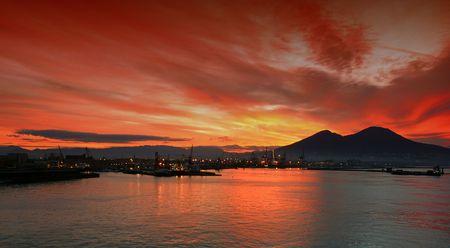 Alba sulla baia di Napoli, Italia