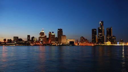Detroit Stadt am Wasser und die Skyline in der Dämmerung  Standard-Bild - 3238927