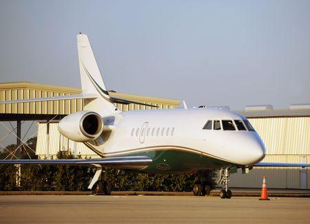 Luxus-Reise durch die private Jet-Flugzeug Standard-Bild - 3914724