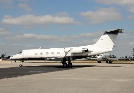 transporte terrestre: Lado de la de un jet de negocios moderno de la Carta
