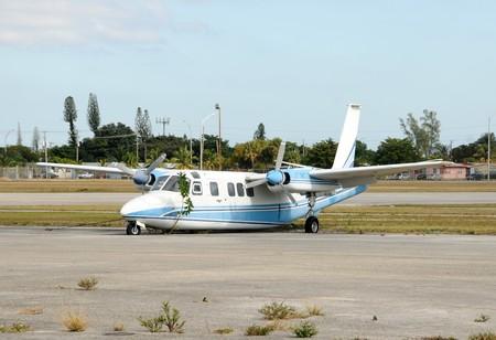 in disrepair: Abbandonato aereo elica vecchio in rovina