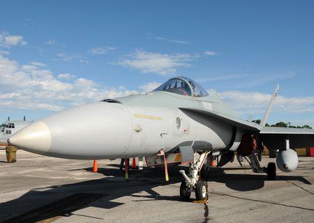 modern fighter: Jet da combattimento moderno parcheggiata sul terreno Archivio Fotografico