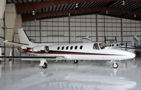 Luxury Private Jet die in einem Hangar Standard-Bild - 4711832