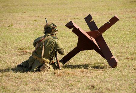 Soldado tomando posici�n sobre el terreno Foto de archivo - 4764676