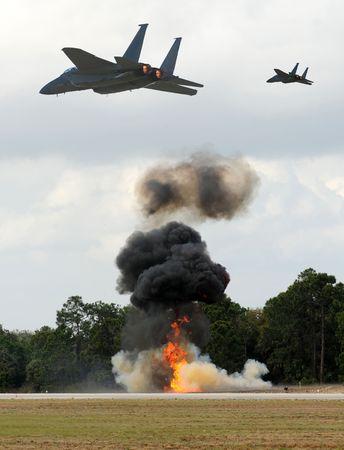 Aerial Bombardierung durch moderne jetfighters Standard-Bild - 5002141