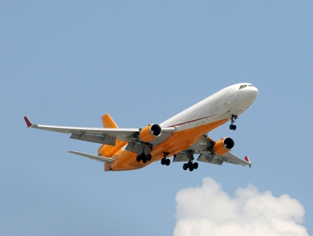 Wide-Body Jet Frachtflugzeug vor der Landung Standard-Bild - 5074171