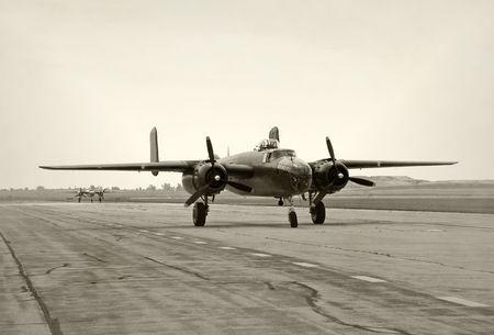 Zwei alte Kriegszeiten Bomber des Rollens auf eine Piste Standard-Bild - 5132461