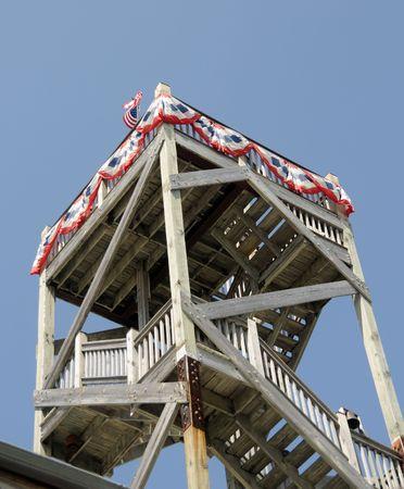 アメリカの国旗で飾られた木製の展望塔