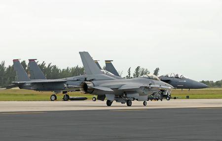 Drie moderne US Air Force jetfighters op de grond