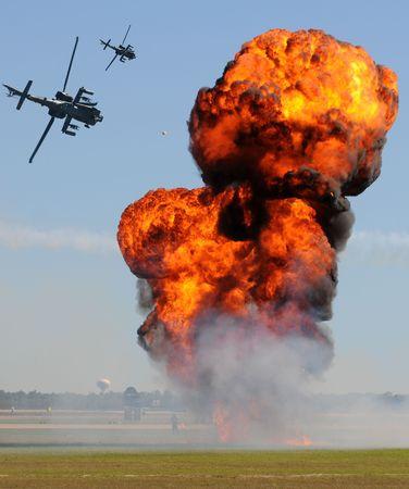 Militaire helikopters boeiende grond doelstellingen in strijd