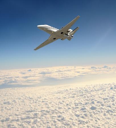 Luxe business jet vliegt op grote hoogte Stockfoto