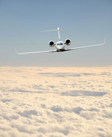 Luxe business jet in vlucht front zicht