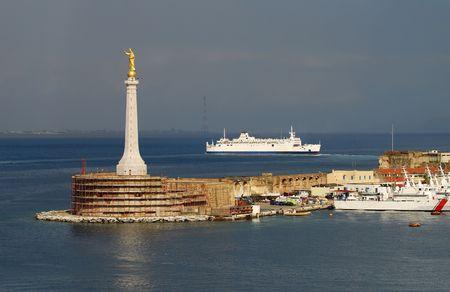 Der Hafen von Messina, Sizilien Standard-Bild - 6426048