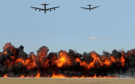 Zware bommenwerpers schieten tagets op de grond