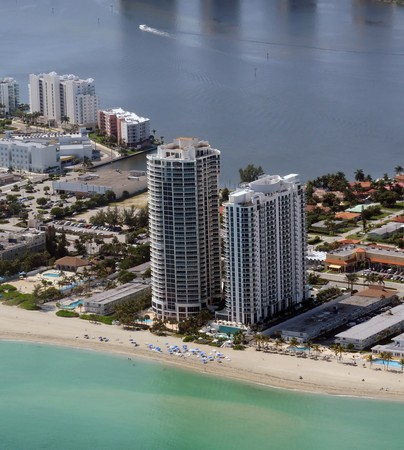 coastline: Dure waterfront flat gebouwen in Miami beach, Florida
