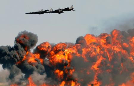 Jetfighters scoren krachtige bombardementen op gorund-doelen