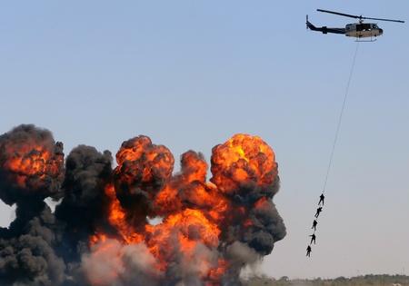 evacuacion: Puente a�reo de emergencia helic�ptero rescate performance Editorial