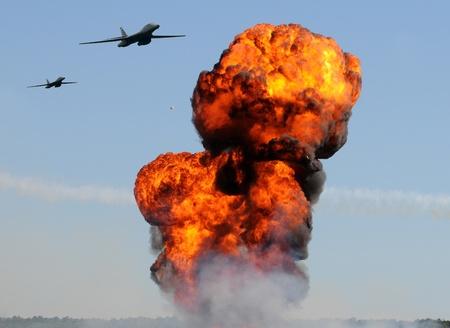 Zwei schwere Bomber angreifen Bodenziele mit riesigen Explosionen Standard-Bild - 10166169