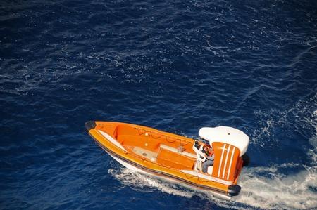 Reddingsboot voert een zoekopdracht andr reddingsoperatie op zee Redactioneel