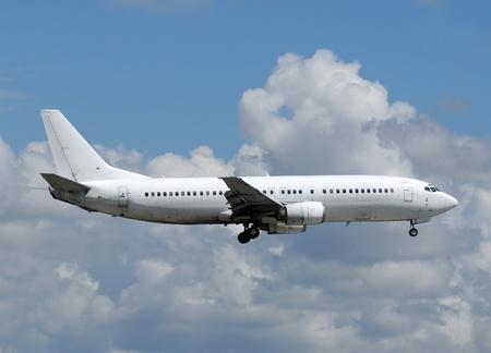 Ongemarkeerde witte passagiersvliegtuig vliegtuig zijaanzicht