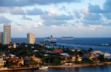 Cruiseschepen vertrekken Fort Lauderdale bij zonsondergang Stockfoto
