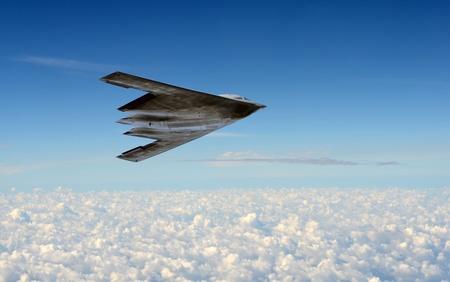 Moderne stealth bommenwerper vliegen op grote hoogte Redactioneel