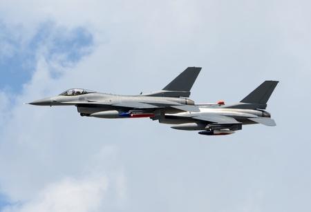 modern fighter: Due aerei da combattimento moderni in alta quota