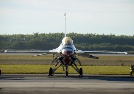 avion de chasse: Chasseur à réaction moderne sur la vue de face du sol Éditoriale