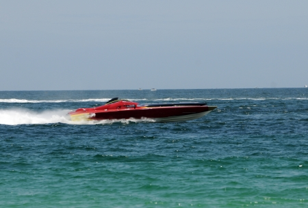 bateau de course: Hors-bord se déplaçant rapidement dans la course de marine au large des côtes