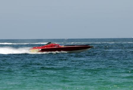 Speedboote bewegt sich schnell in Offshore marine Rennen Standard-Bild