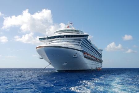Kreuzfahrtschiff im offenen Wasser Vorderansicht Standard-Bild - 20050996