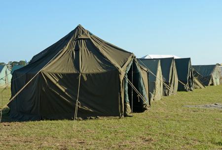 Militair kamp met camouflage groene kleur tenten Stockfoto