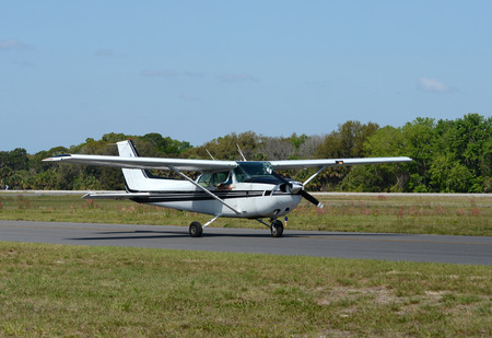 地上タキシング ライト専用飛行機