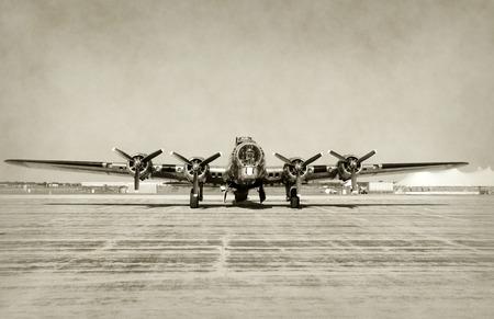 wojenne: World War II era Widok ciężki bombowiec przodu barwione stare zdjęcie Zdjęcie Seryjne