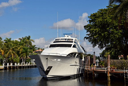 fort lauderdale: Expensive yacht on a waterway in Fort Lauderdale, Florida