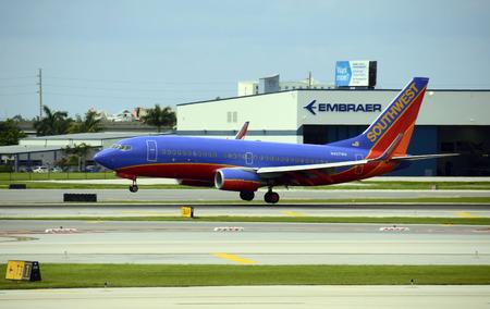 포트 로더 데 일, 미국 - 2012 년 6 월 4 일 : Southwest Airlines 보잉 737 여객기가 플로리다 주 포트 로더데일에 도착합니다. 남서부는 가장 큰 국내 항공사이