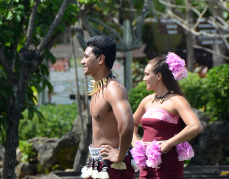 festividades: Honolulu, EE.UU. - Marzo 26,2013: bailarines de Samoa mostrar las artes tradicionales en las fiestas de la calle en Honolulu, Hawaii