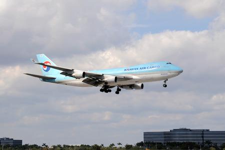 boeing 747: Miami, Florida - 30 gennaio 2011: Korean Air Cargo Boeing 747 jet atterraggio al Miami International Airport. � l'aeroporto pi� trafficato per trasporto internazionale negli Stati Uniti. Editoriali