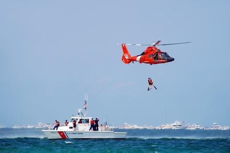 Fort Lauderdale, Floride - 5 mai 2007: les équipages de la Garde côtière des États-Unis mènent une opération de sauvetage en mer. L'événement de formation à la sécurité fait partie du Salon air et mer 2007. Banque d'images - 35541966